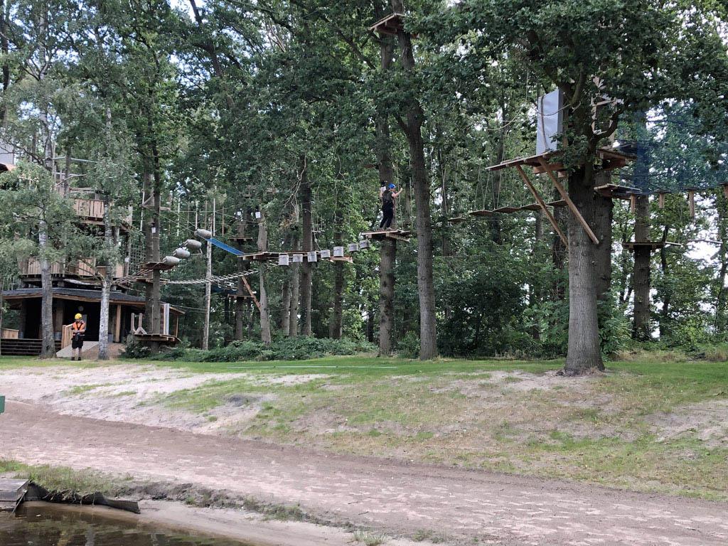 Wij houden het bij de route die 3,5 tot vier meter boven de grond hangt, maar je kunt tot wel zeven meter de hoogte in bij Natuurlijk Heidepark.