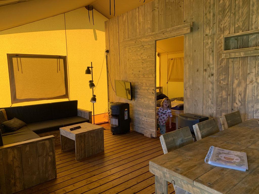Er wordt iemand heel blij van het interieur van deze luxe tent op Camping 't Veld.