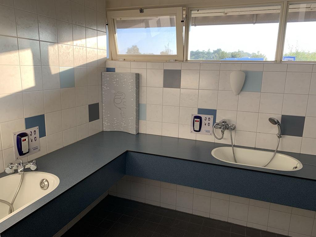 Het sanitair is schoon en netjes. In deze aparte ruimte kunnen twee kindjes in bad.