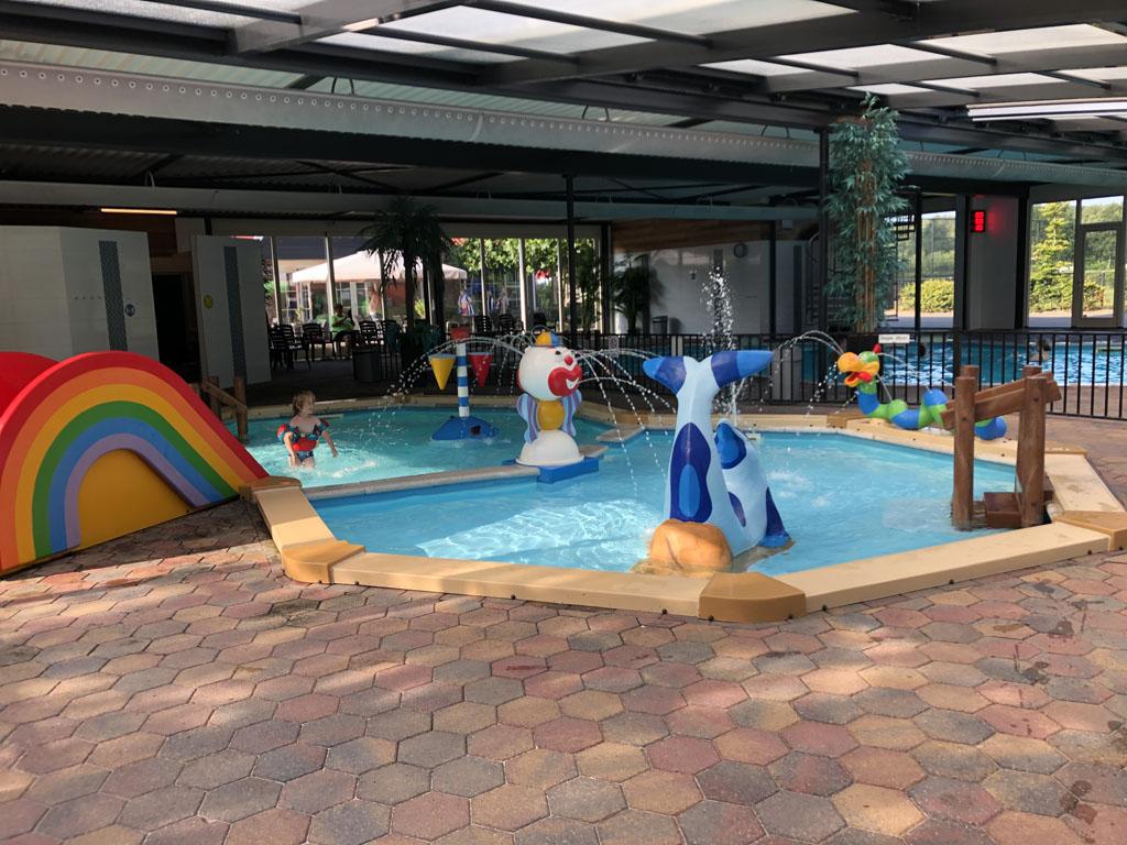 Onze zesjarige zonder zwemdiploma amuseert zich nog prima in deze vrolijke badjes.