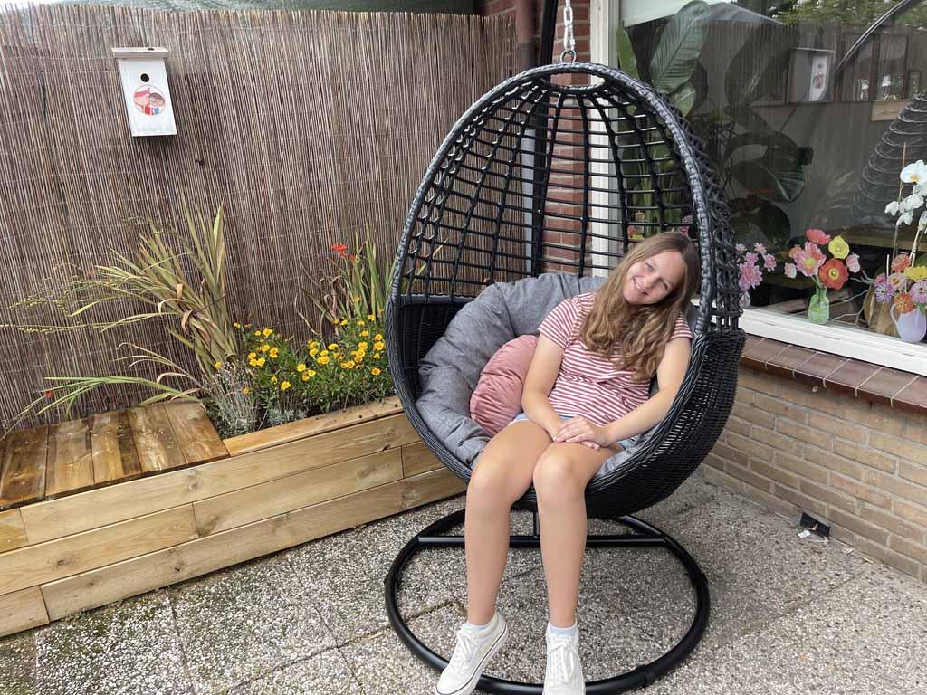 Een eigen hangstoel, de ultieme plek om te chillen in een tienerproof tuin.