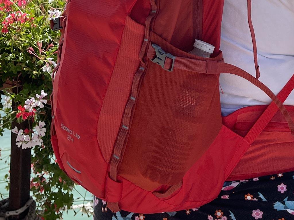 Aan de zijkant van de tas zijn rekbare vakjes te vinden die geschikt zijn voor drinkflessen.